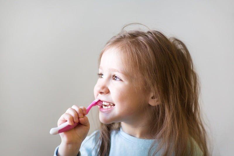 dziewczynka myje zęby