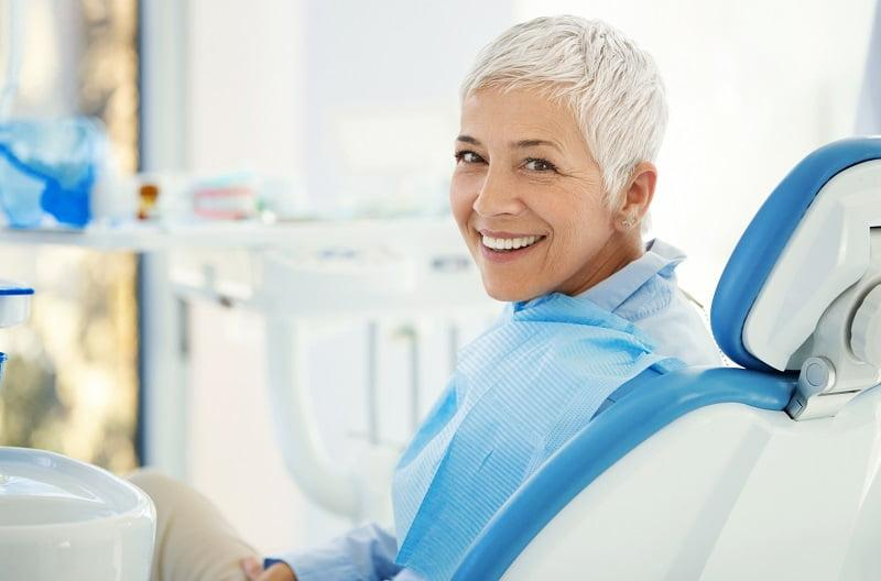 starsza pani w gabinecie dentystycznym